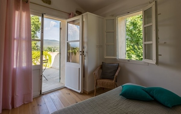 Double bedroom with patio in winyard in Var