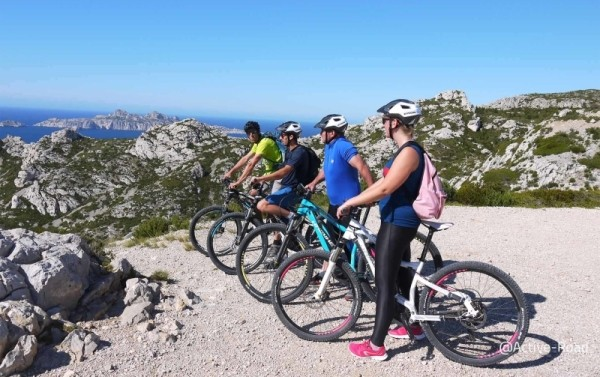 Discover the creeks of Marseille through a family hike on an electric mountain bike